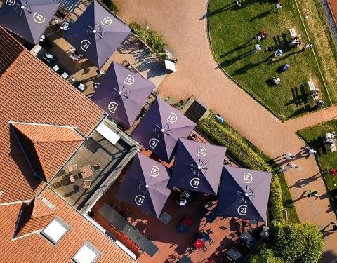 Luchtfoto met bedrukte parasols C21